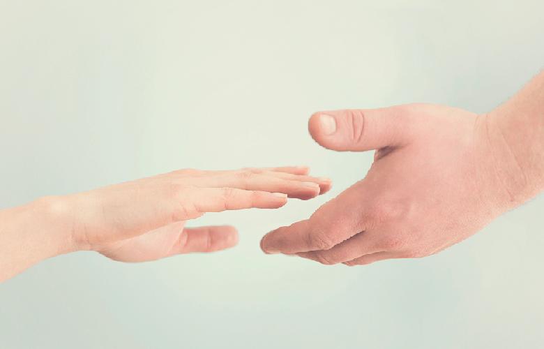 Mãos que se unem demonstrando empatia.